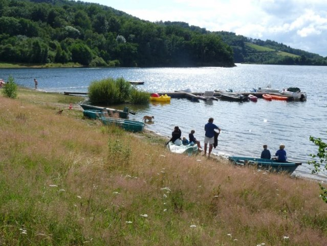 The beach and the pontoon at Camping La Romiguière near de Laguiole - Aubrac - Aveyron